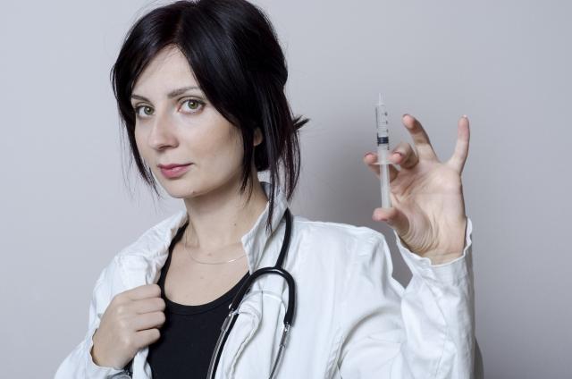 注射をする女医さん