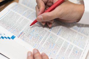 辞書めくって頑張る留学生